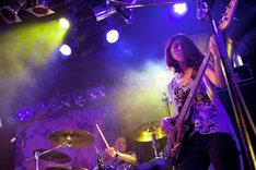 花たんのサポートメンバー。左から中江太郎(Dr)、高原未奈(B)。(Photo by yuco)