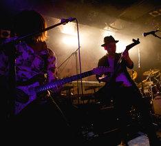 花たんのサポートメンバー。左から白須賀悟(G)、ダルビッシュP(G)。(Photo by yuco)