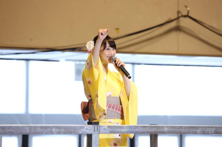 黄色の浴衣姿でイベントに参加する松井玲奈。(c)AKS