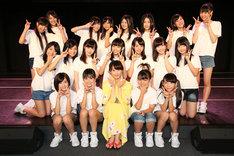 SKE48研究生と松井玲奈。(c)AKS