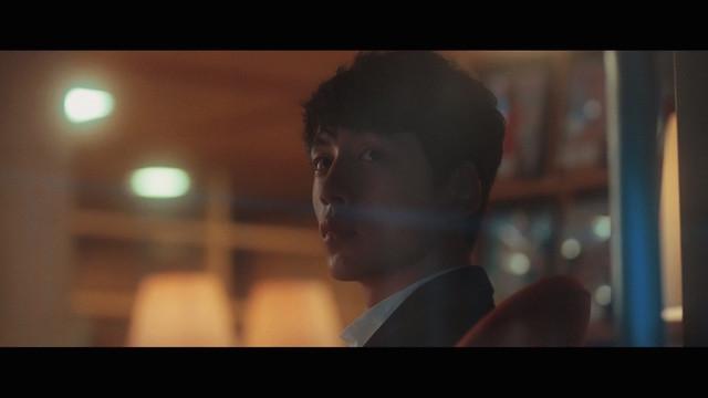 miwa「夜空。feat.ハジ→」のミュージックビデオのワンシーン。