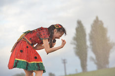 ズブ濡れで歌う松野莉奈。