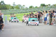 変形自転車でステージに向かう私立恵比寿中学。