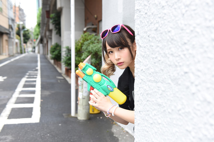 グッズを身につけた増井みお(PASSPO☆)。