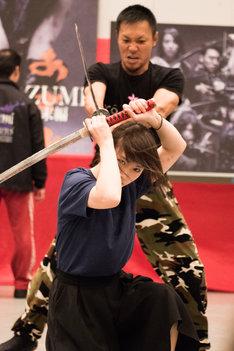 舞台「AZUMI 幕末編」の公開舞台稽古で殺陣シーンに挑む川栄李奈。