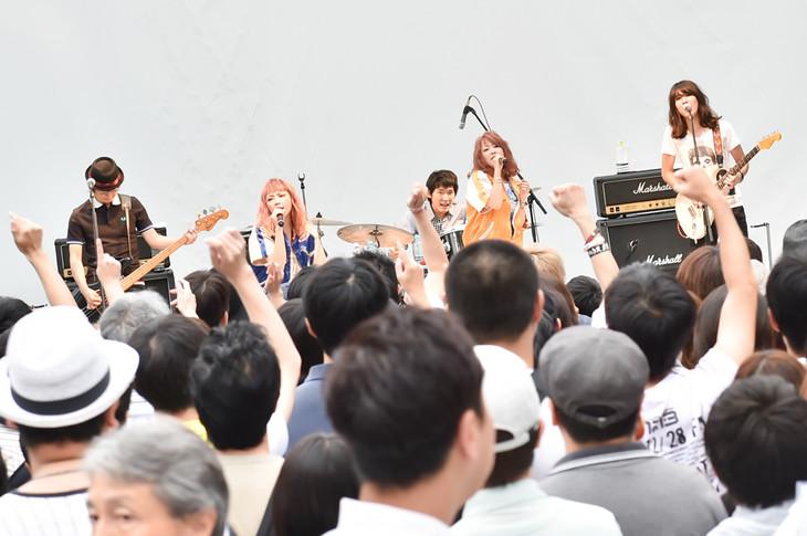 PUFFYのライブの様子。(写真提供:Warner Music Japan)