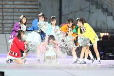 松村香織に水をかける後輩メンバーたち。 (c)AKS
