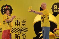 舛添要一都知事から「東京防災」を贈呈される百田夏菜子。