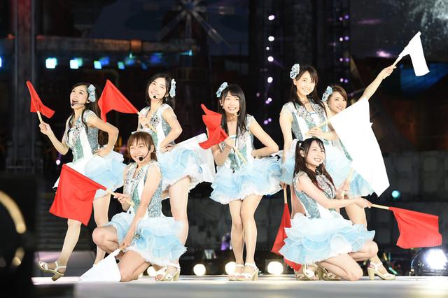 「ごめんね、SUMMER」を歌唱する松井玲奈、木崎ゆりあら7人。 (c)AKS