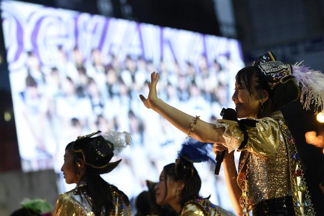 乃木坂46の中継で感謝の言葉を語る松井玲奈。 (c)AKS