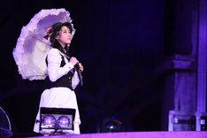 「枯葉のステーション」を歌唱する松井玲奈。 (c)AKS