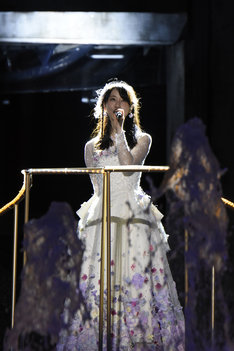 「2588日」を歌唱する松井玲奈。 (c)AKS