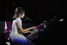 ピアノを演奏する生田絵梨花。(写真提供:ソニー・ミュージックレコーズ)