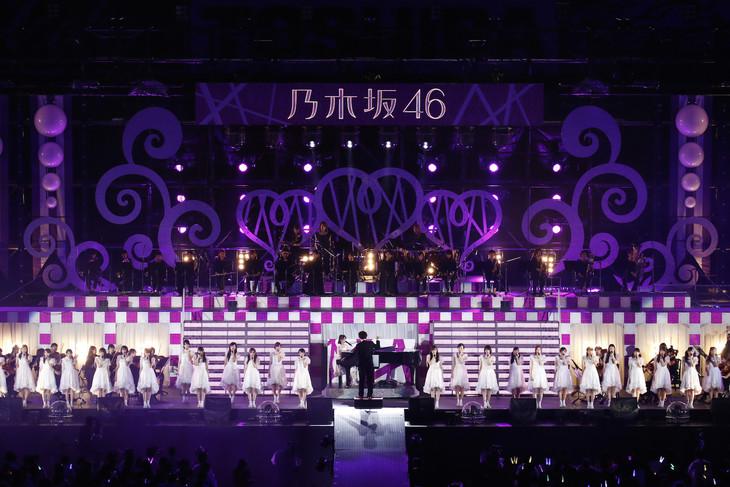 オーケストラとパフォーマンスする乃木坂46。(写真提供:ソニー・ミュージックレコーズ)
