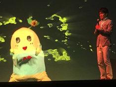 ホログラフィックの梨汁を吹き出した本物のふなっしーと、土田晃之。