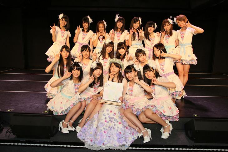 松井玲奈とチームEメンバーによる記念撮影の様子。 (c)AKS
