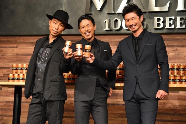 フォトセッションの様子。左からEXILE USA、松本利夫、EXILE MAKIDAI。
