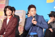 左から神木隆之介、佐藤健。