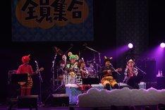 9月4日公演のアンコールで、MONGOL800、前川真悟(かりゆし58)、清水ミチコが共演した様子。 (写真提供:HIGH WAVE)