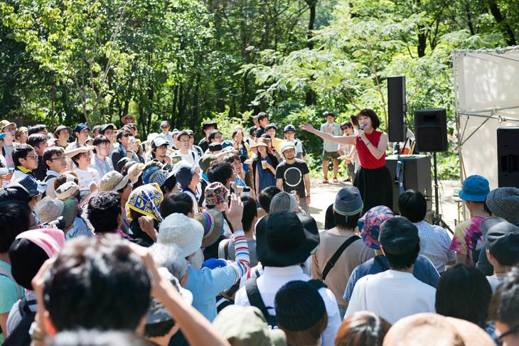 「りんご音楽祭2014」での水曜日のカンパネラのライブの様子。
