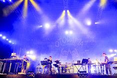 METAFIVEのライブの様子。(撮影:河上良)