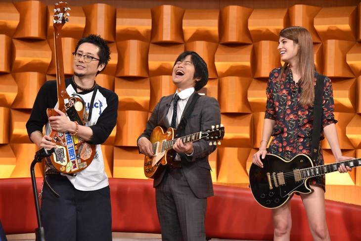 写真左より横山健、バカリズム、マギー。 (c)日本テレビ