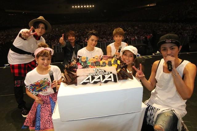 スタッフからサプライズで贈られたケーキとともに記念撮影するAAA。 (写真提供:エイベックス・ミュージック・クリエイティヴ)