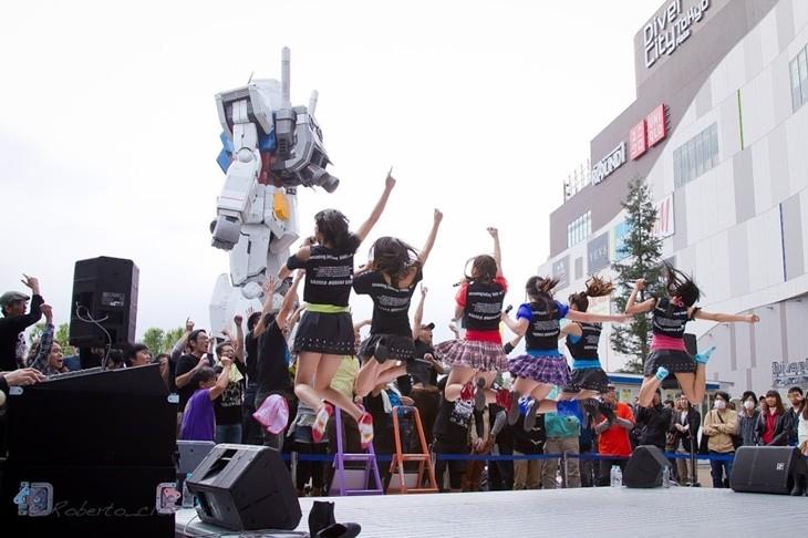 しず風&絆~KIZUNA~によるダイバーシティ東京プラザ2F フェスティバル広場でのライブの様子。(写真提供:バーサス・プロダクション)