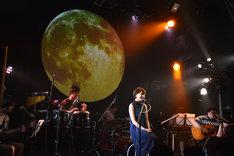 スカートが全編で演奏を担当した2015年9月15日の「Kaede 生誕祭 ~月見ルAcoustic live~」の様子。