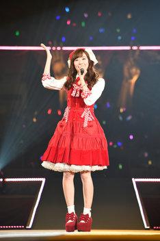 渡辺美優紀による「やさしくするよりキスをして」歌唱の様子。(c)AKS