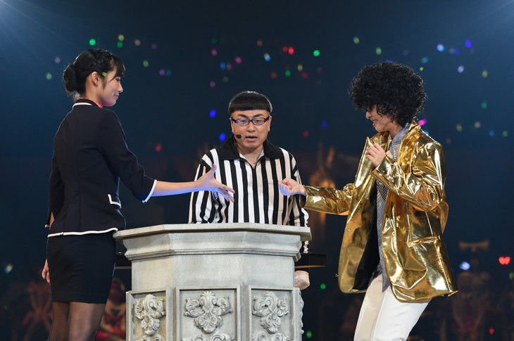藤田奈那(左)が中西智代梨(右)に勝利した瞬間。(c)AKS