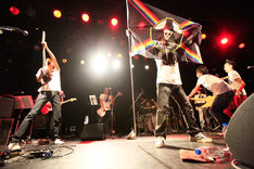 中村一義「中村一義・バンドライブツアー『RockでなしRockn'Roll 2015~海賊大宴会~』」東京・LIQUIDROOM公演の様子。(写真提供:ビクターエンタテインメント)