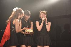 自身の誕生日を祝うバースデーケーキの登場に感動する櫻木ゆうこ。