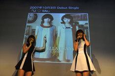 ちょうど8年前に発売されたリサ(右)加入前のデビューシングル「U ▽ Me」(▽はハートマーク)について振り返るレナ(左)。