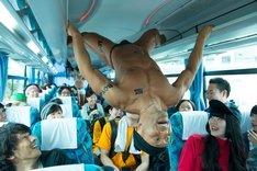 シャトルバスの中でパフォーマンスする花形ハヤシのダンサー・先輩。 (写真提供:りんご音楽祭実行委員会)
