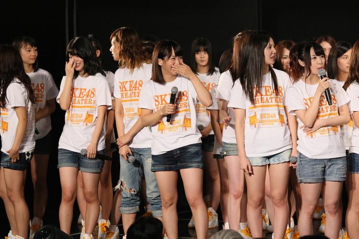 グループ内ユニット誕生に驚くメンバーたち。(c)AKS