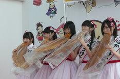 巨大なばかうけを食べるNGT48のメンバーたち。