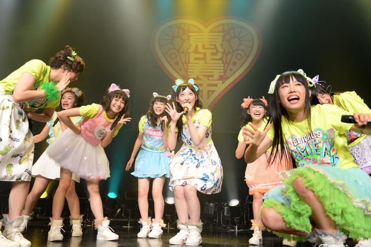 私立恵比寿中学「自習vol.4」二時間目の様子。松野莉奈(中央)が廣田あいかのパートを担当した「えびぞりダイアモンド!!」歌唱シーン。