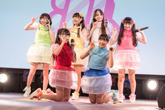 乙女新党によるライブの様子。