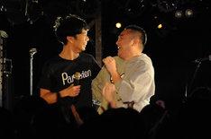 パフォーマンス中、ステージにファンを上げて談笑する藤井隆。