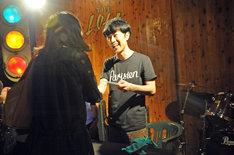 ファンと握手を交わす藤井隆。