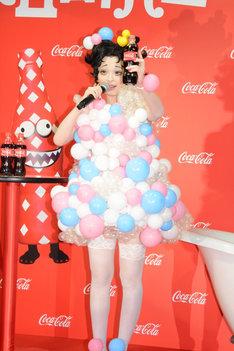 ハロウィンキャンペーンのCMキャラクターを務める「コカ・コーラ」で乾杯するきゃりーぱみゅぱみゅ。