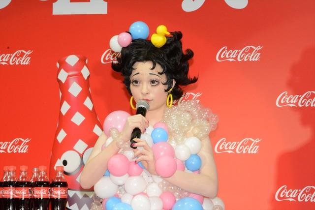 お風呂上がりというイメージで、パステルカラーの泡モチーフによる衣装でトークに臨むきゃりーぱみゅぱみゅ。