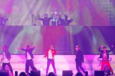 THE SECOND from EXILE(手前)とPKCZ(r)(奥)。(写真提供:LDH)