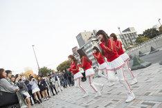 11月1日に東京・原宿 神宮橋にて行われたCRAYON POPによるライブの様子。(提供:ポニーキャニオン)
