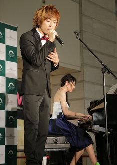 パフォーマンス中のUMI☆KUUNと松井咲子。(撮影:濱野智)