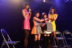 身長差を比べる「小池のおもてなし Vol.5」出演者たち。左からレナ(バニラビーンズ)、小池美由、小桃音まい、リサ(バニラビーンズ)。