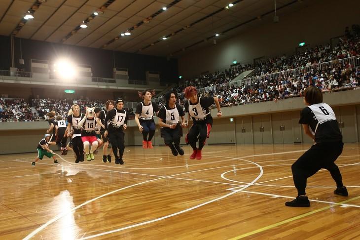 「EXIT TUNES ACADEMY UNDOKAI 2015 ~秋の大運動会~」で行われた大縄跳びの様子。(提供:EXIT TUNES)