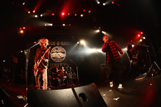 The BONEZとFACTのHiro(Vo)がコラボする様子。(Photo by Shingo Tamai)