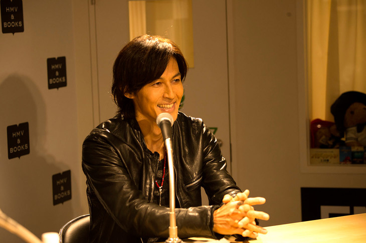 「Happy Hour!」公開生放送に出演中の稲葉浩志。